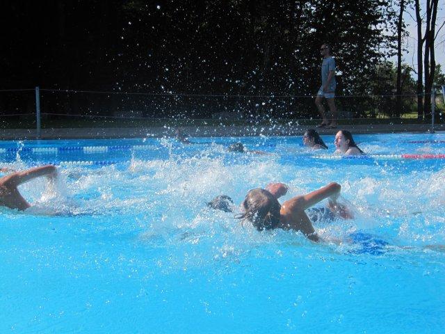 Triathlon kurz nach dem Start im 50 m Becken