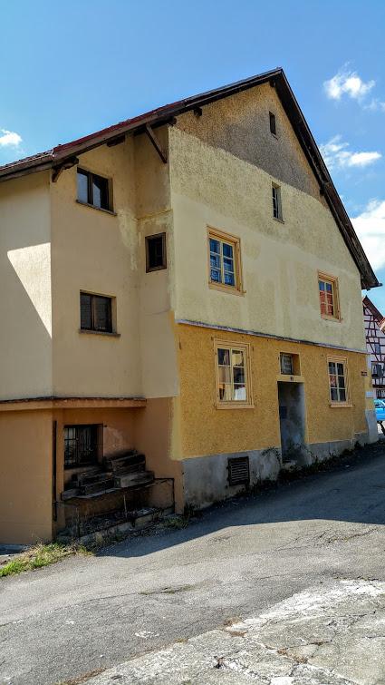 Immobilie mit Keller - Dachstock zum ausbauen, fünf Zimmer - Werkstatt - Garage - Parkplätze, bewohnbar, zum Ausbau/Umbau geeignet, günstiger Preis