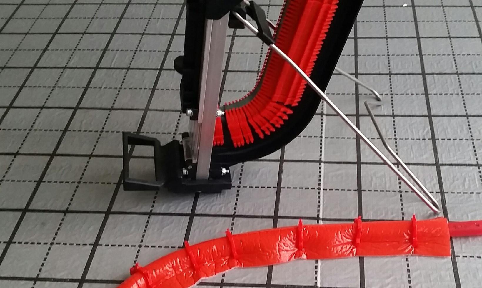 Tackersystem Akkord.  mit einer Tackergerätefüllung einen ganzen Heizkreis verlegen.   Profidämmfix  Das Problem der Isolierschläuche ist gelöst!